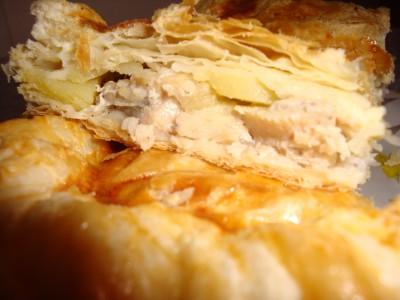 Пирог с курицей и картофелем из слоеного теста