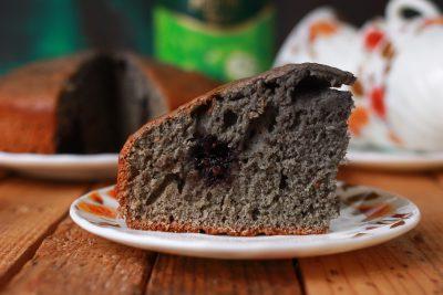 Пирог с шелковицей и вишней на кефире