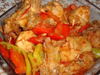 Теплый салат из болгарского перца и помидор с курицей