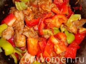 teplyj-salat-iz-bolgarskogo-perca-i-pomidor-s-kuricej10