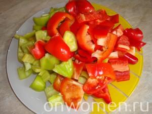 teplyj-salat-iz-bolgarskogo-perca-i-pomidor-s-kuricej4