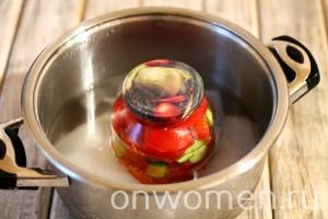 salat-iz-pomidorov-i-ogurcov-na-zimu5