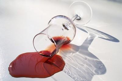kak otstirat krasnoe vino