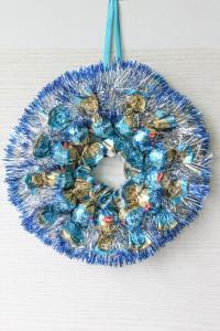 Рождественский венок из конфет в серебристых тонах