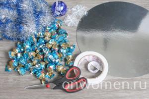 rozhdestvenskij-venok-iz-konfet-v-serebristyh-tonah2