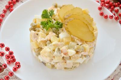 Салат с курицей, яйцами и овощами