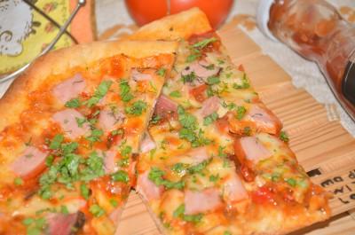 Пицца на дрожжевом тесте с балыком и моцареллой