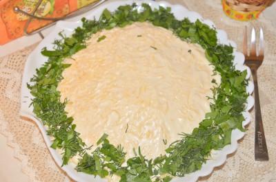 Слоеный салат со шпротами и сыром