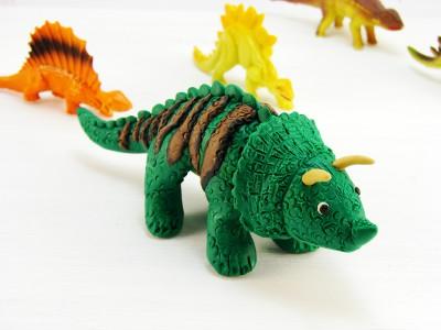 Динозавр из пластилина