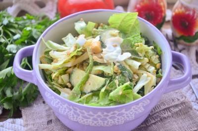 Зеленый салат с яйцом и огурцом