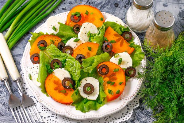 Салат с моцареллой и хурмой