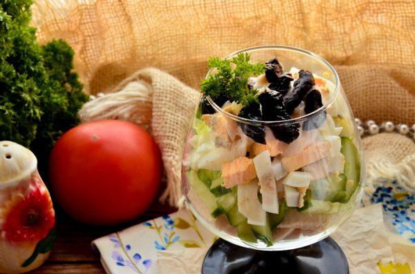 Салат Дамский каприз с курицей и черносливом