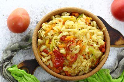 Макароны с овощами, приготовленные на сковороде
